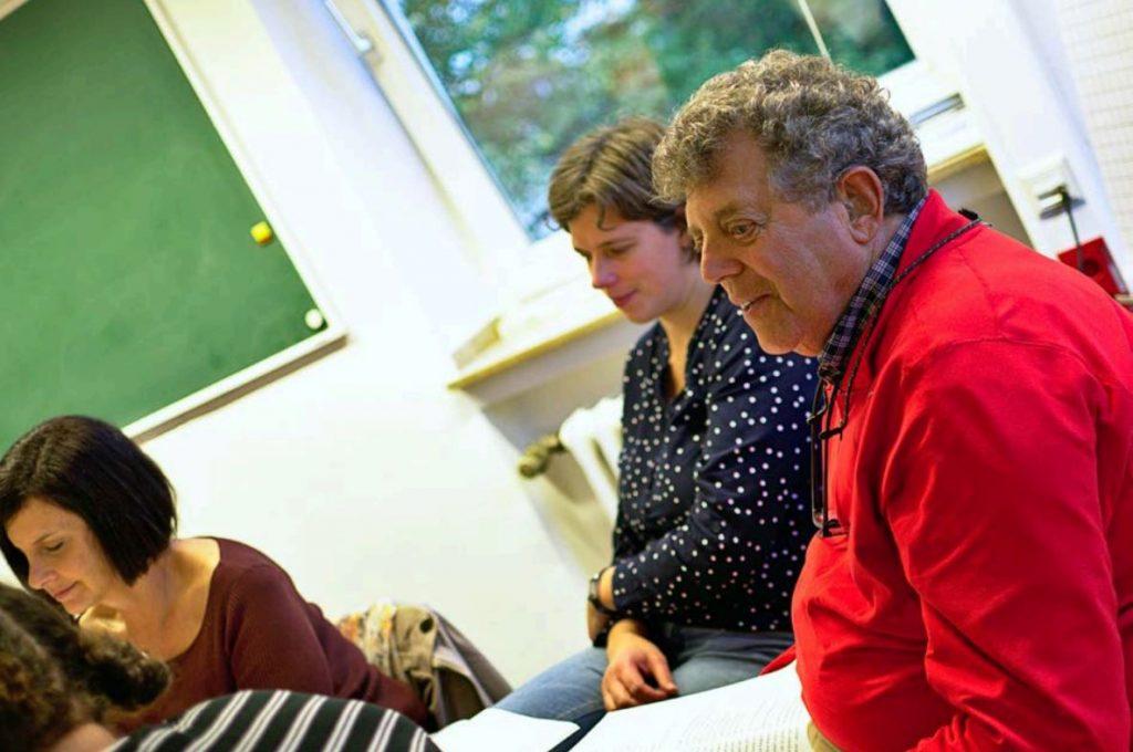 Tom Fish (r.) und Anke Groß-Kunkel (Mitte) beim Austauschtreffen ihrer Leseklubs an der Universität zu Köln