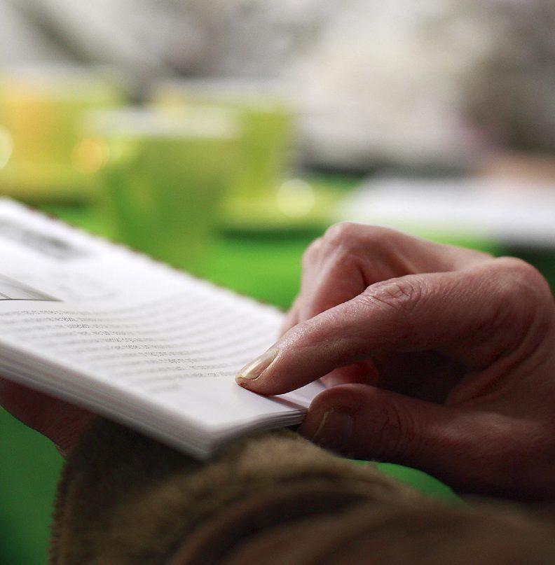 Buch mit Hand
