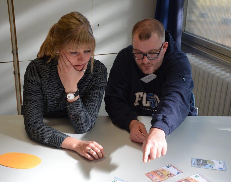 Ein Mann und eine Frau beim gemeinsamen Arbeiten im SUSHI Projekt
