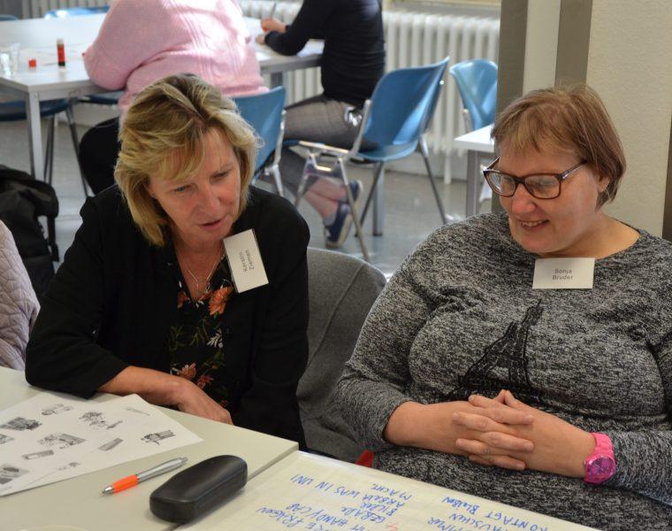 2 Frauen beim gemeinsamen Arbeiten im SUSHI Projekt